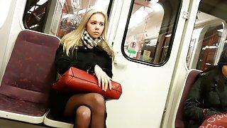 Девушка онлайн девочки порнуха блондинка в поезде с черными колготками