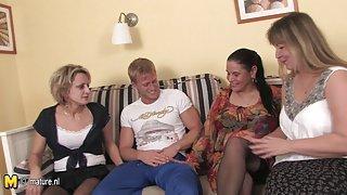Домашнее порно сзади Три партии мамас это один жесткий петух