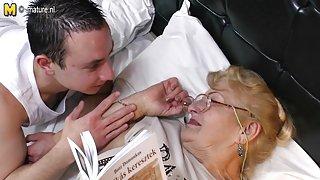 Домашние порно любительское Очень старая бабка лижет молодую задницу